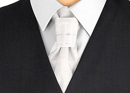 Cravalière en soie gris clair